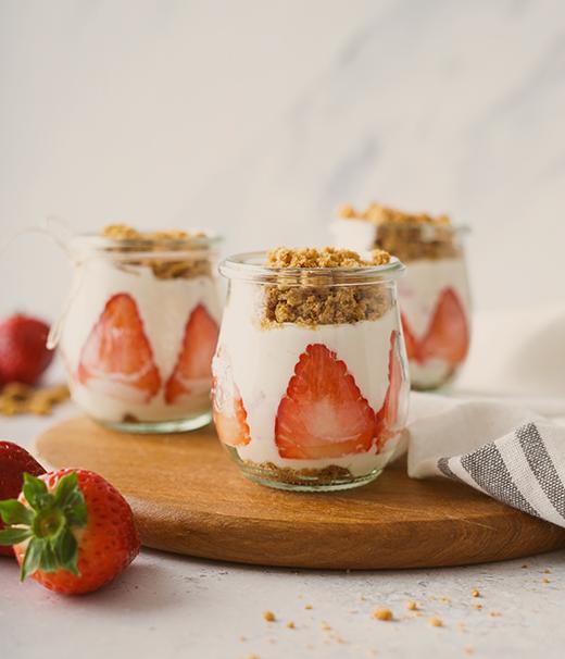 Einfach und lecker: Dessert mit Erdbeeren und Hafer-Cookies von DeBeukelaer