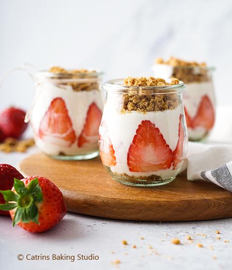 Dessert im Glas mit Erdbeeren und Hafer-Cookies von DeBeukelaer